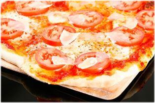 Pizza med frisk tomat og parmesan