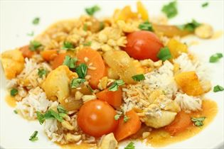 Fisk i sursød sauce med sprøde grøntsager