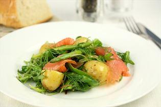 Salat med laks, asparges og kartofler