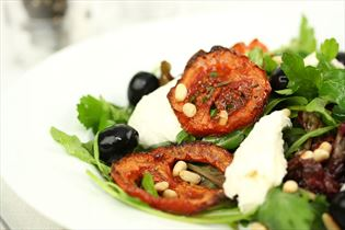 Salat med ovnstegte tomater og frisk mozzarella