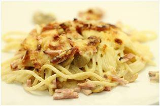 Spaghettiret i ovnen med bacon og skinke