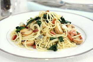 Spaghetti med bacon, gorgonzola og spinat