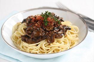 Spaghetti med svampesauce og sprød skinke
