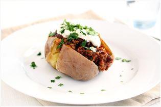 Bagte kartofler med oksekød i chili