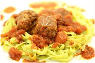 Stegte kødboller med pasta og tomatsauce