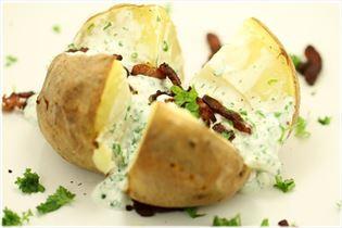 Bagt kartoffel med krydderdressing og bacon
