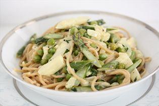 Fuldkornsspaghetti med asparges og ærter