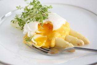 Hvide asparges med hollandaise og pocheret æg