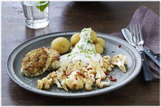 Fiskefrikadeller med kartofler og ristet blomkål