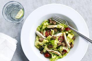 Salat med kylling, sennepsdressing og rugbrød