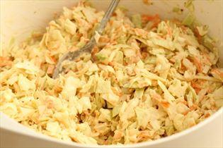 Amerikansk coleslaw med spidskommen og sennep