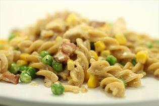 Kylling i mornay med majs, ærter og pasta