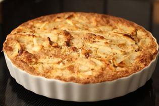 Bagt æblekage med mandler og tvebakker