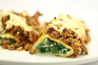 Pastaruller med ricotta, spinat og kødsauce