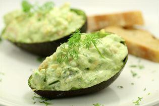 Fyldt avocado med rejer og sennepsdressing