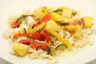 Grøntsager i kokosmælk med ris