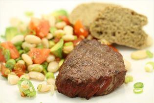 Grillede mørbradbøffer med bønnesalat