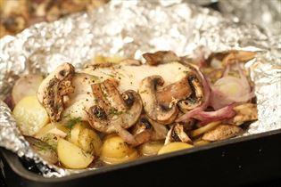 Fisk i folie med champignon og kartofler