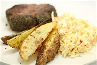 Oksesteaks med coleslaw og stegte kartofler