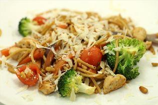 Pasta med kalkun, grøntsager og pinjekerner