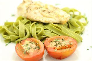 Grillet kyllingebryst med tomat og frisk pasta