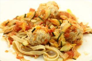 Kødboller i hjemmelavet tomatsauce med pasta