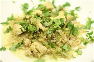 Grøn kyllingekarry med brune ris