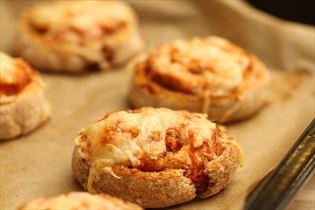 Sunde pizzasnegle med grøntsager og ost