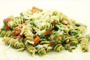 Pasta med spinat og revet parmesan