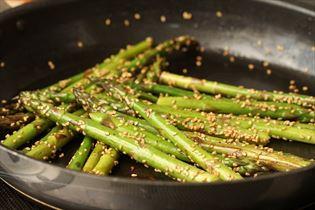 Lynstegte grønne asparges
