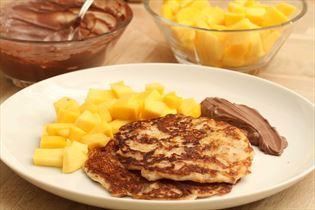 Mandelpandekager med kakaocreme og frugt