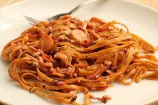 Stærk pastaret med pølser og bacon