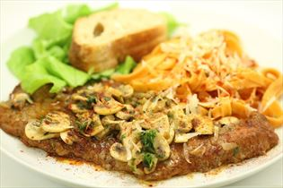 Kalveschnitzler med frisk pasta og champignon