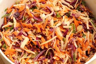 Coleslaw med to slags kål
