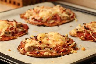 Snydepizza med skinke og champignon