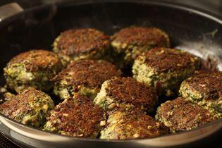 Grønne oksedeller med grønkål og løg