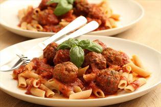 Italienske kødboller med tomatsauce og pasta