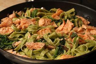 Frisk pasta med laks og spinat i fløde