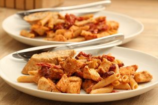 Pastasalat med bacon og rød pesto