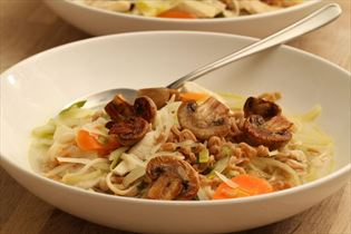 Asiatisk kyllingesuppe med hvidkål