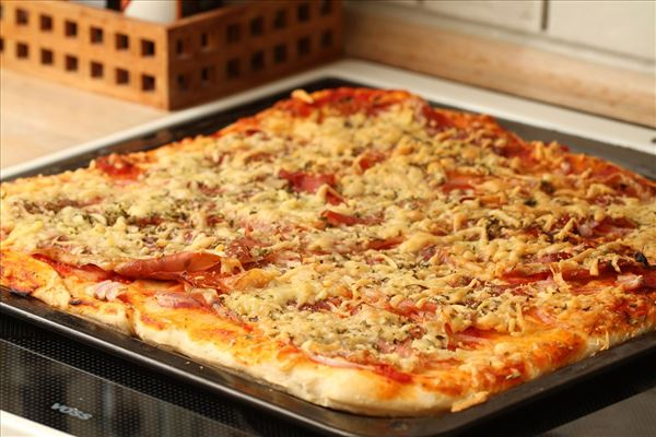 Pizza med parmaskinke og rucola