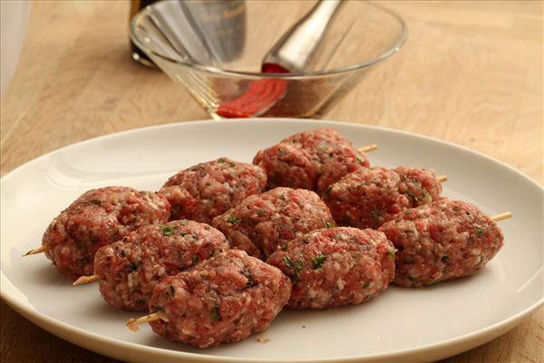 Græske kødboller med tzatziki og tomatsalat