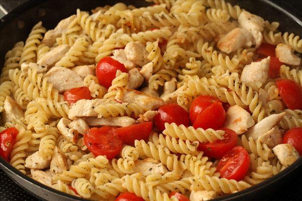Stegt pasta med kylling og tomat - Madopskrifter.nu