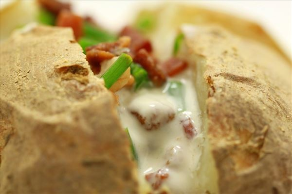 Bagekartoffel med baconfyld og purløg
