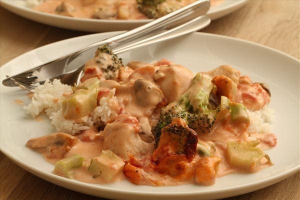 Kyllingefad med broccoli og ris