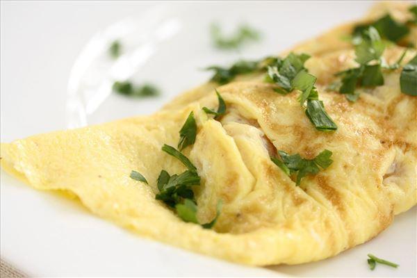 Omelet med skinke og ost