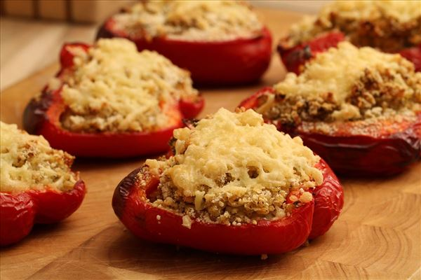 Fyldte peberfrugter med bulgur og løg