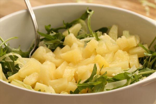 Kyllingesalat med ananas og ristede solsikkekerner