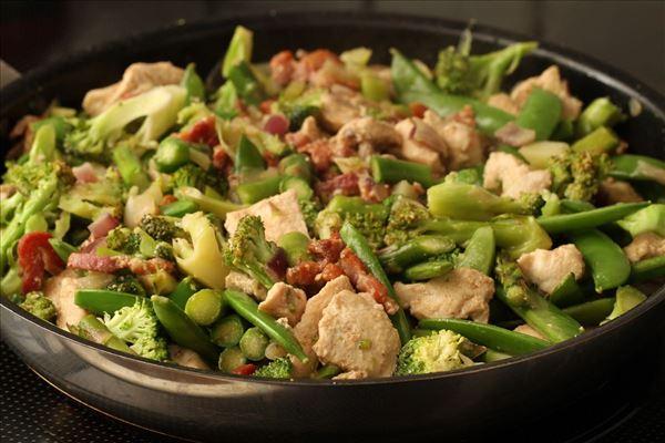 Grøntsager i fløde med kylling og bacon - Madopskrifter.nu