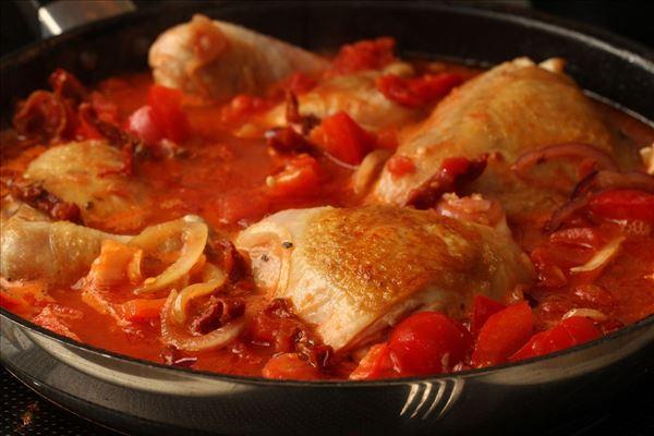 Mør kylling i tomat med ris - Madopskrifter.nu